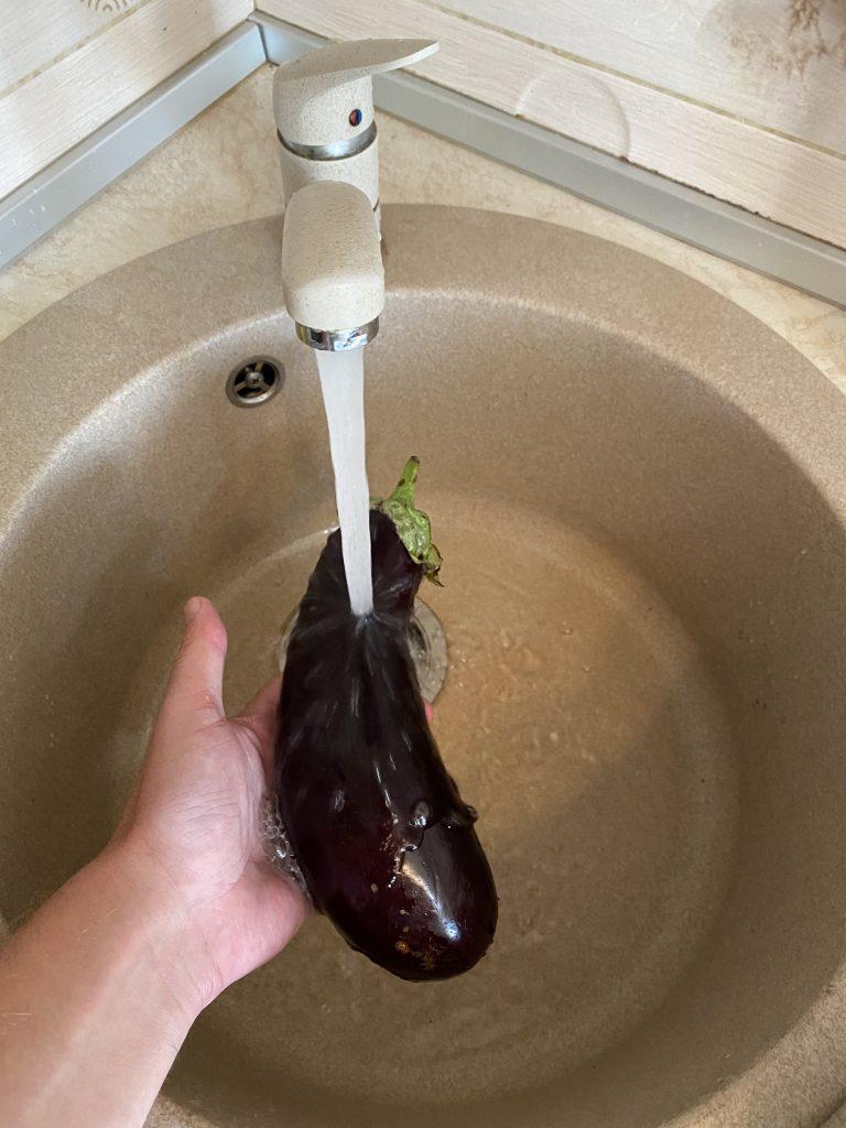 Fructele si legumele se spala normal, cu jet de apa puternic