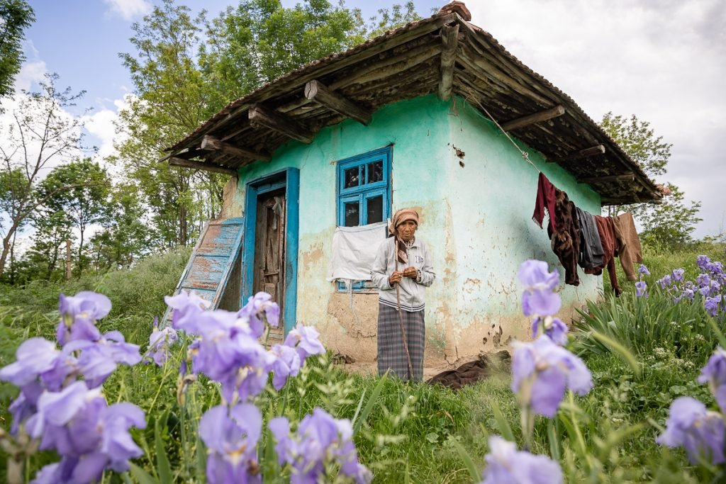 Povestea Emiliei, femeia uitată într-un vârf de deal. Își pierde memoria în fiecare zi și locuiește într-o cameră fără ușă